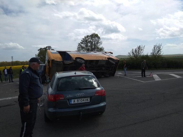Катастрофа с училищен автобус на пътя между Айтос и Карнобат