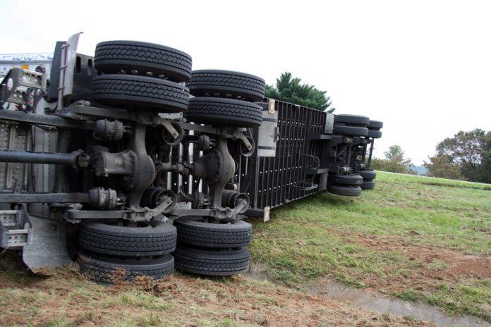 Обърнат камион