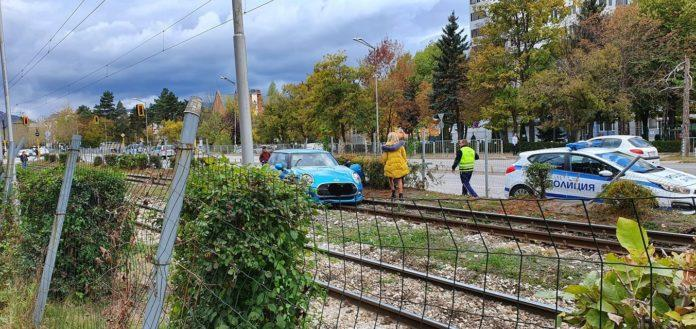 Кола се качи на трамвайните линии на бул.